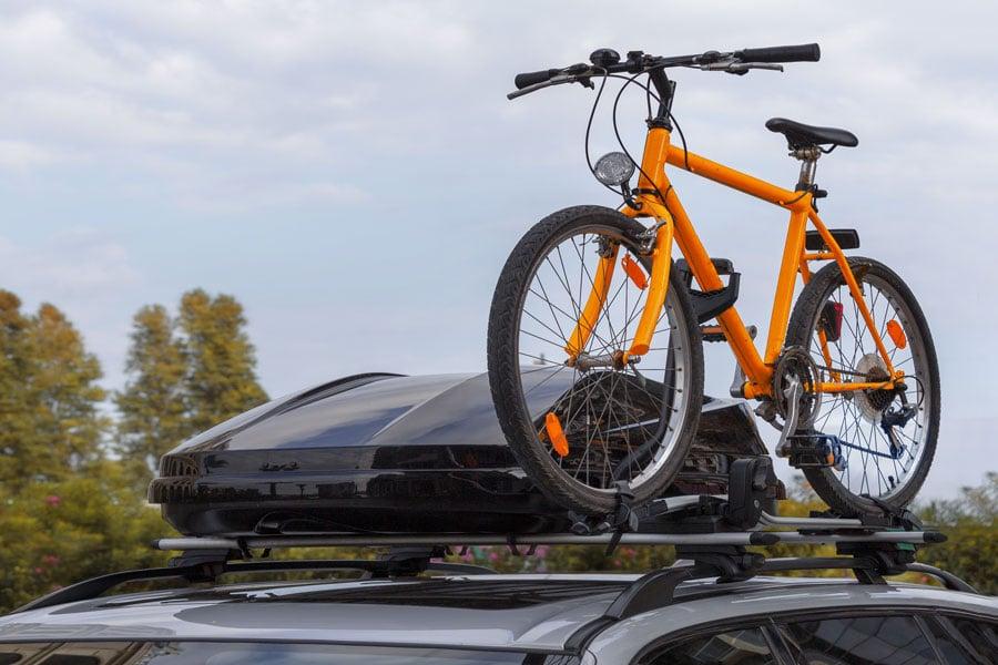 Des barres de toit, accessoire indispensable pour transporter des coffres de toit, des vélos, des skis.