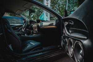 Caisson de basse intégré dans le système audio d'une voiture