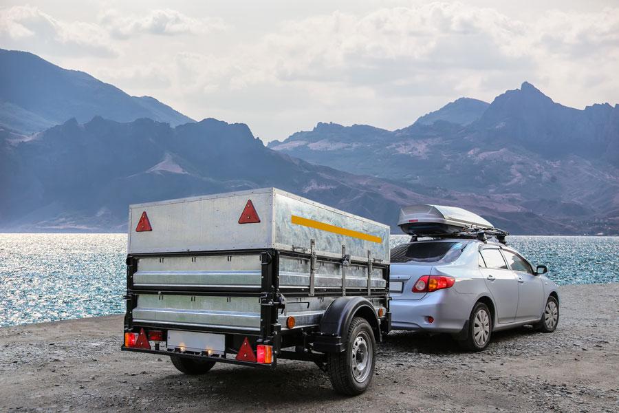 Une remorque de voiture pour transporter des objets